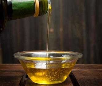 El aceite de oliva hace milagros en su piel y cabello