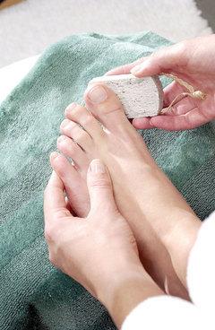 Exfoliación de pies con piedra pómez