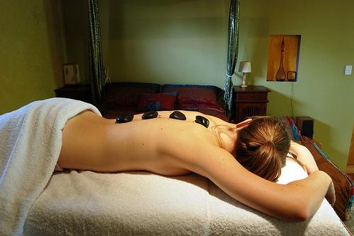 Mejore el estado de tus Chakras con masajes de piedras calientes