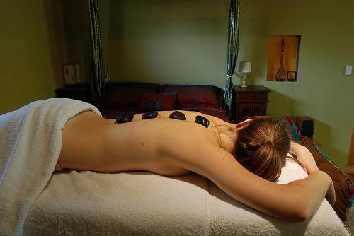 Sesión de masajes con piedras calientes en casa