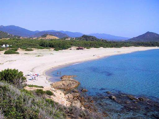 Cala Sinizas, un balneario económico y alucinante en el corazón del mediterráneo